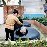 志愿者垃圾桶言传身教垃圾分类