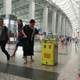 广州白云机场的移动感应式垃圾桶机器人