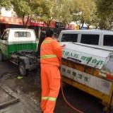 甘肃兰州环卫工人在街道上清洁家园