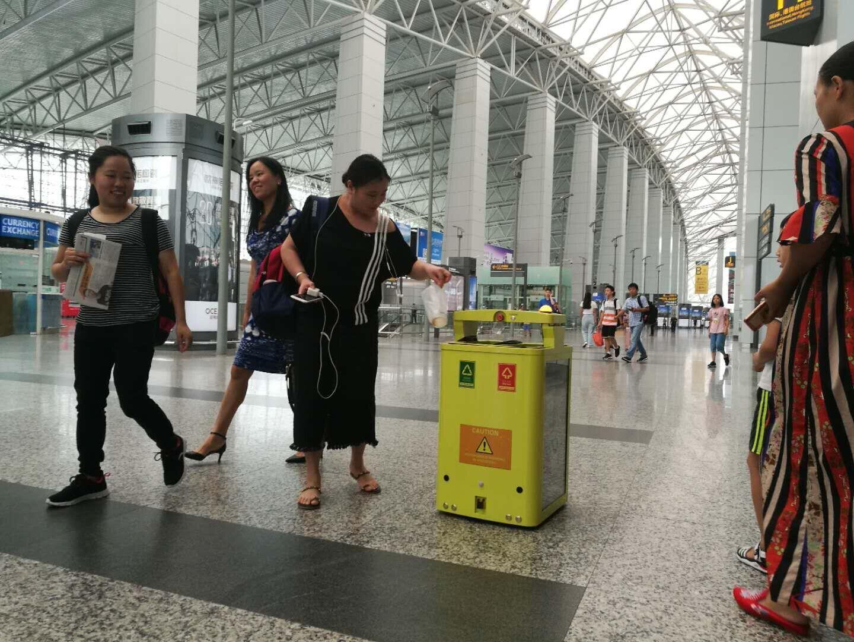 广州白云机场的移动感应式垃圾桶